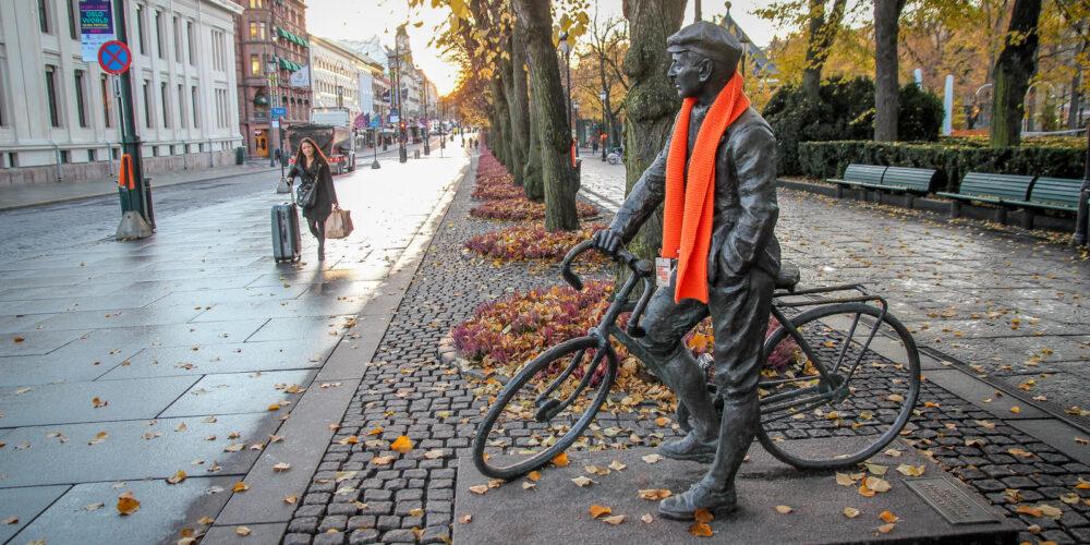 Skjerf på statue på Karl Johan