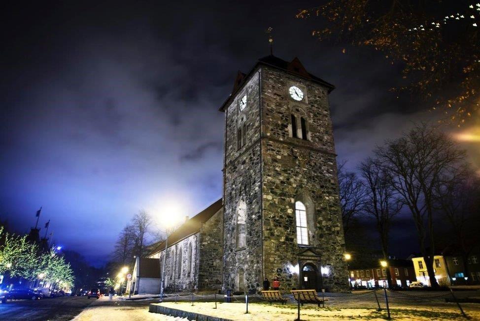 Vår Frue åpen kirke i Trondheim, i kveldslys. Bilde