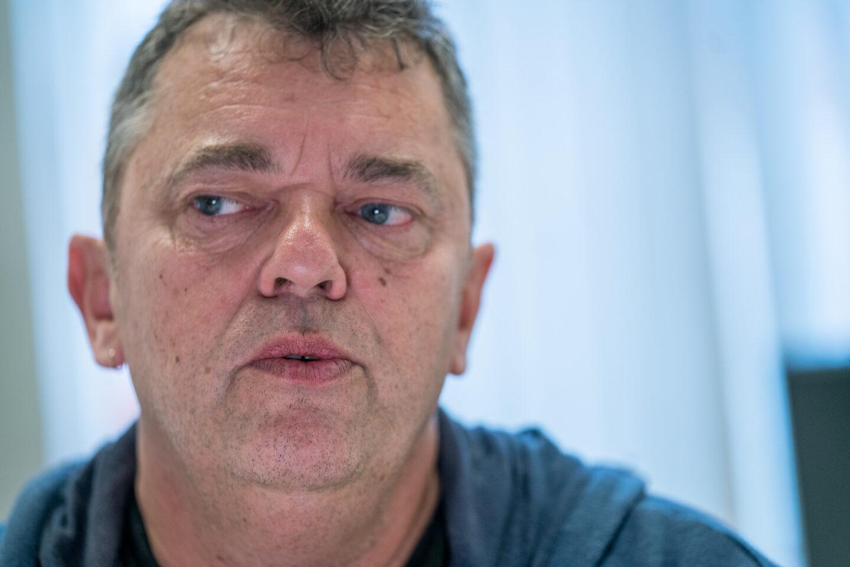 Nærbilde av Trond Henriksen. Henriksen har blå øyne og har på seg en blå genser på dette bildet. Han ser litt ut mot venstre.