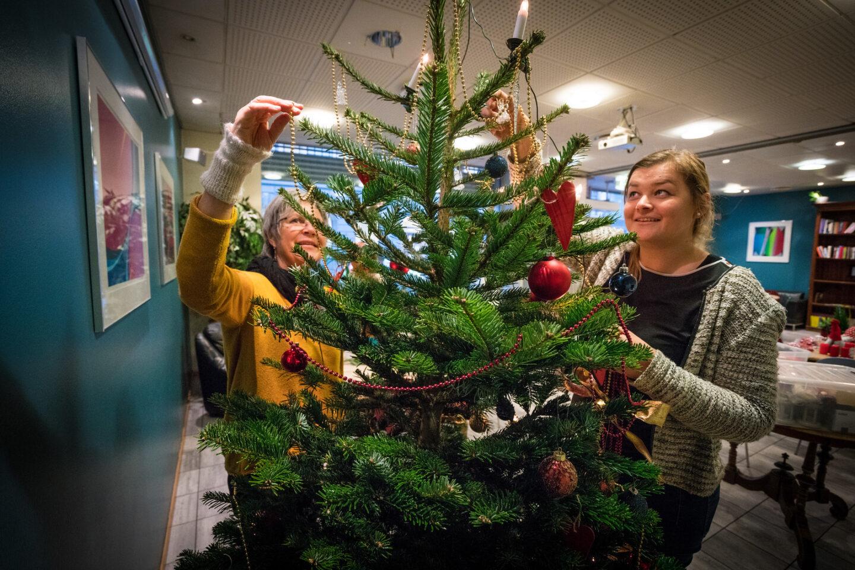 Pynting av tre på en av Kirkens Bymisjons kafeer. Kirkens Bymisjon holder åpent på julaften og i jula mange steder i landet.