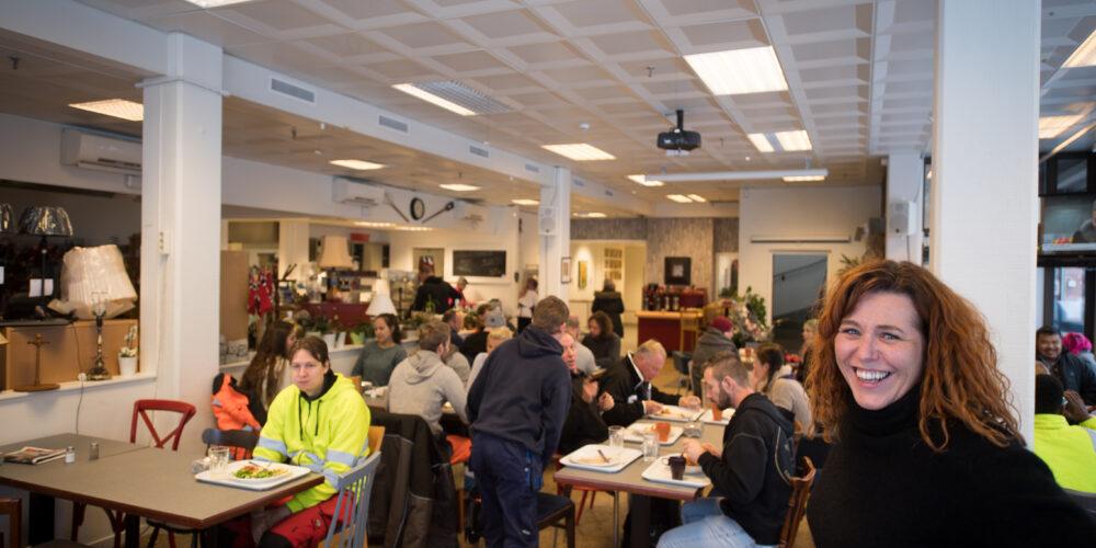 Aktivitetskaféen har god mat og mange fine aktiviteter for deltakerne.