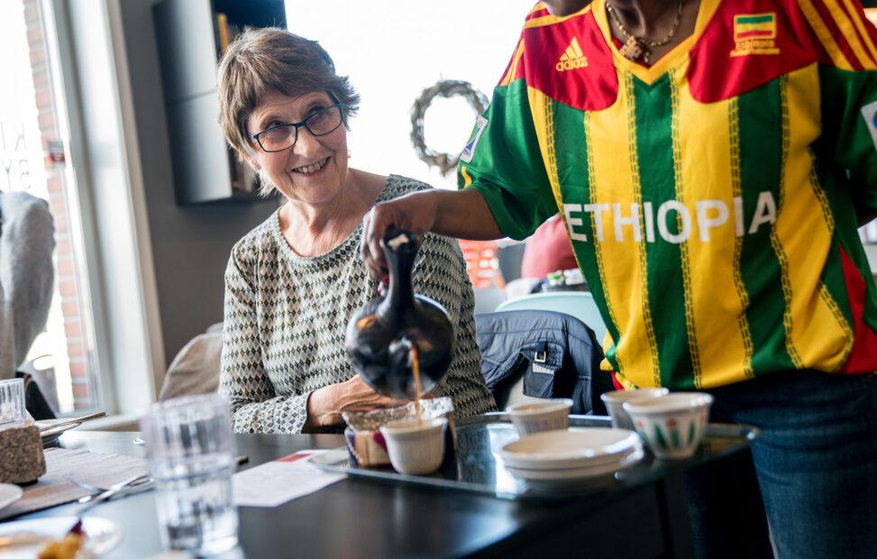 Papirløse serverer kaffe på Kirkens Bymisjons kafe i Bodø
