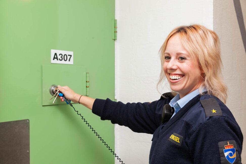 Fengselsbetjent låser celledør