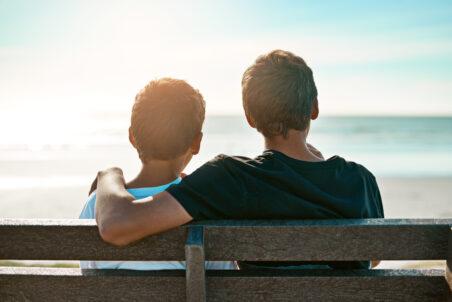 To brødre på en benk