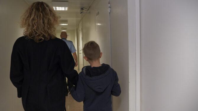 mor og barn inne i fengsel