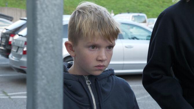gutt stirrer tankefullt ut i luften