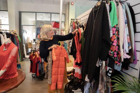 Signe Tynning i Kirkens Bymisjons nye gjenbruksbutikk i Porsgrunn