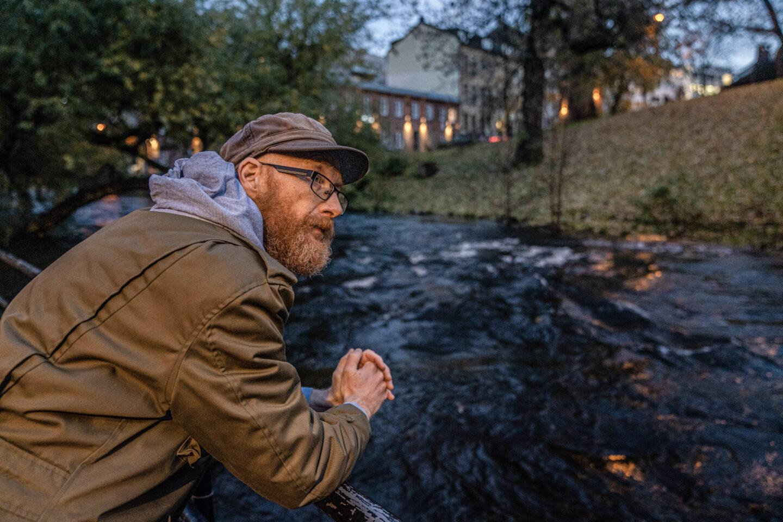 Pål Arnold Halum - slampoet, gjest og frivillig hos Kirkens Bymisjon ser utover Akerselva
