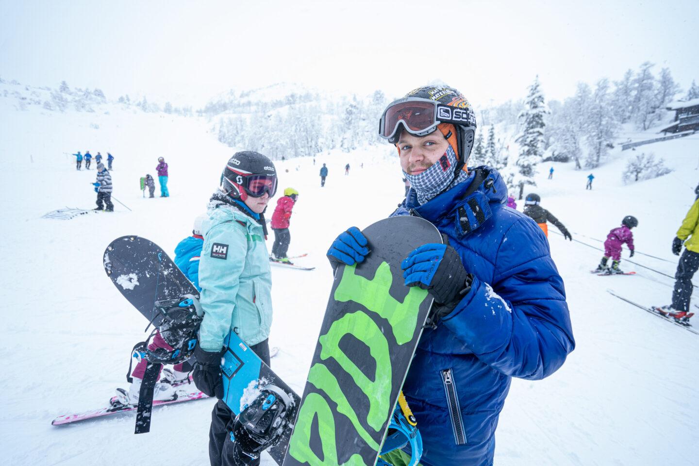 Ben Daniel med snowboard ute i bakken
