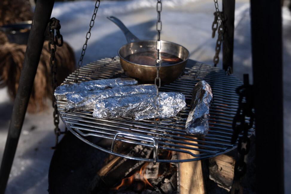 Fylte tortillawraps på rist over bålet