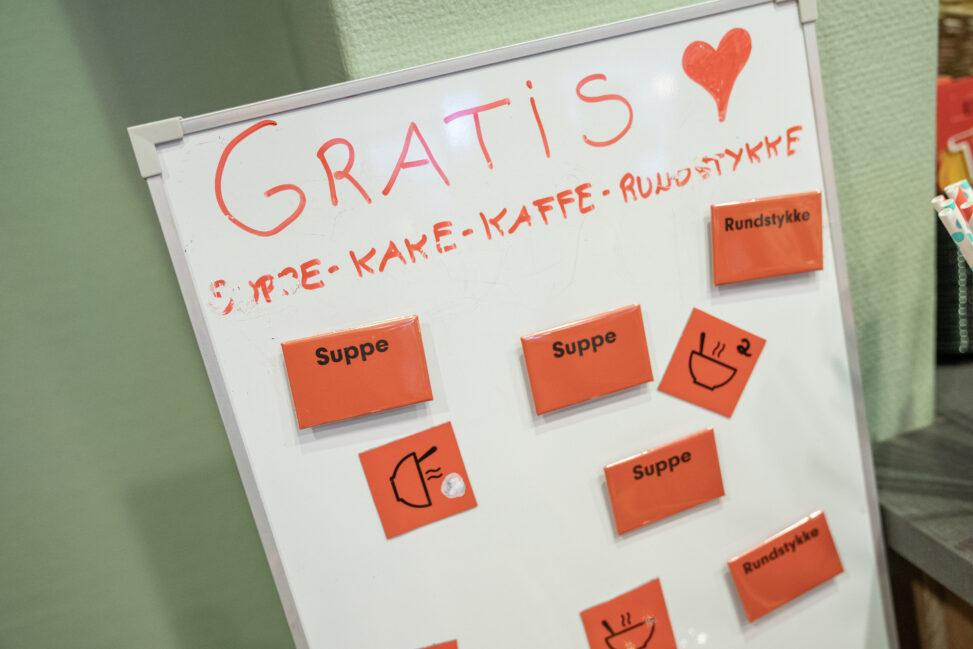 Bilde av tavle på Kirkens Bymisjons kafe i Porsgrunn med magneter man kan hente for å få et gratis måltid