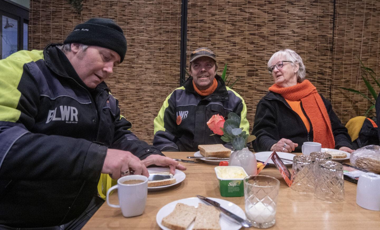 Inger Lauklid ved frokostbordet sammen med noen av arbeiderne i I Jobb