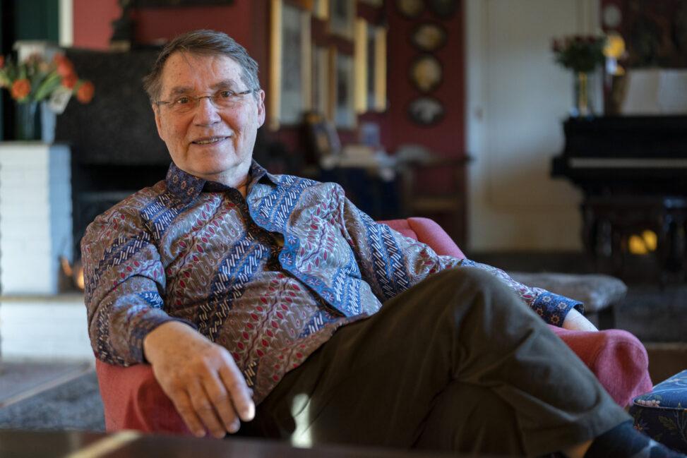 Gunnar Stålsett sitter på en stol i sitt hjem på Røa