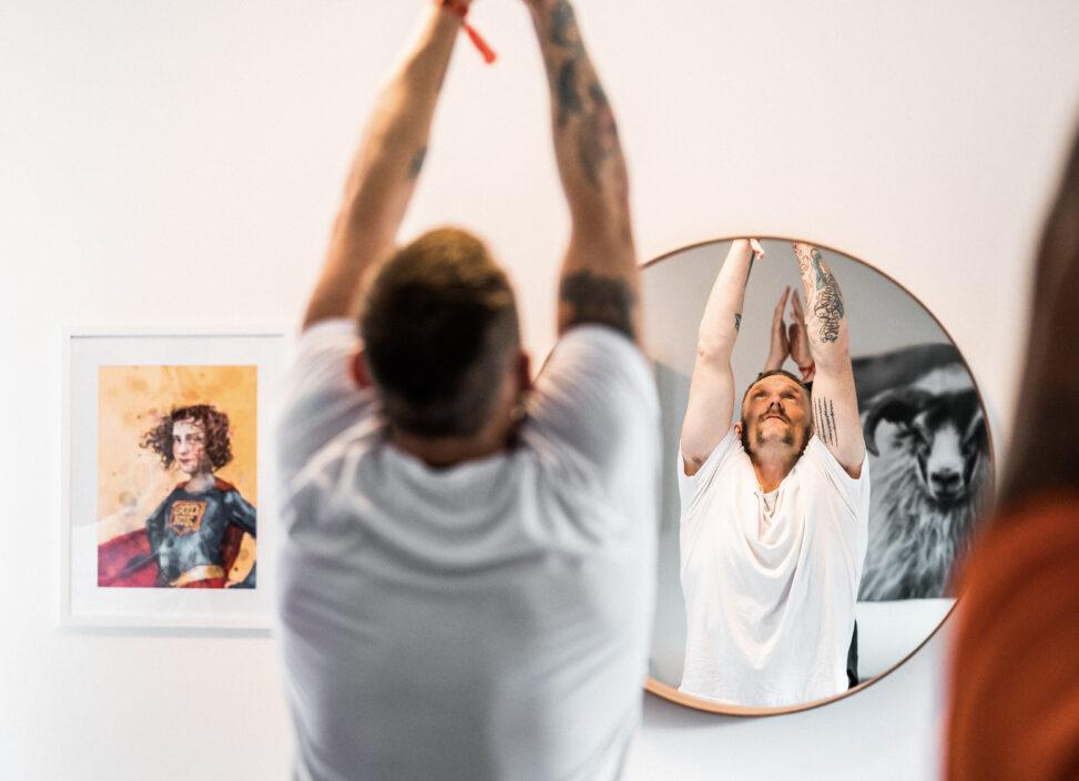Richard gjør yoga på Origosenteret