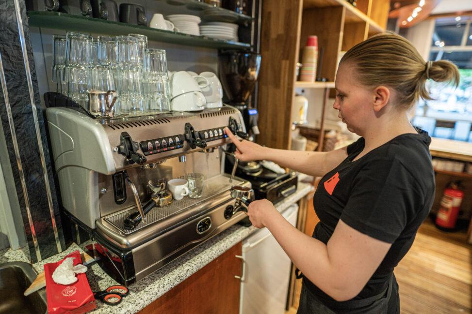 Siv Skollerud tilbreder kaffe i Hønefoss
