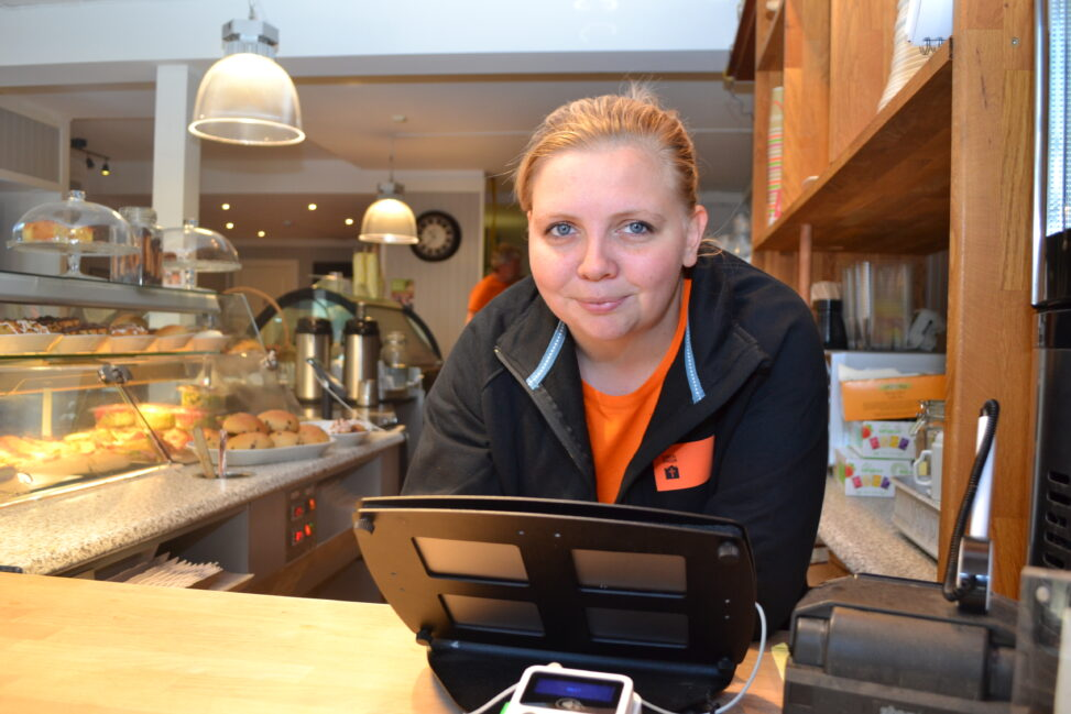 Siv Skollerud, kaféansvarlig i Kirkens Bymisjons kafé på Hønefoss