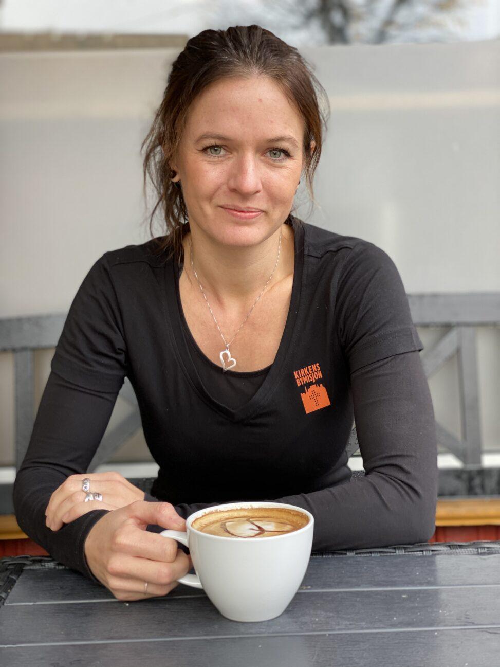 Linn Andreassen utenfor Kirkens Bymisjons kafé i Hønefoss sentrum.